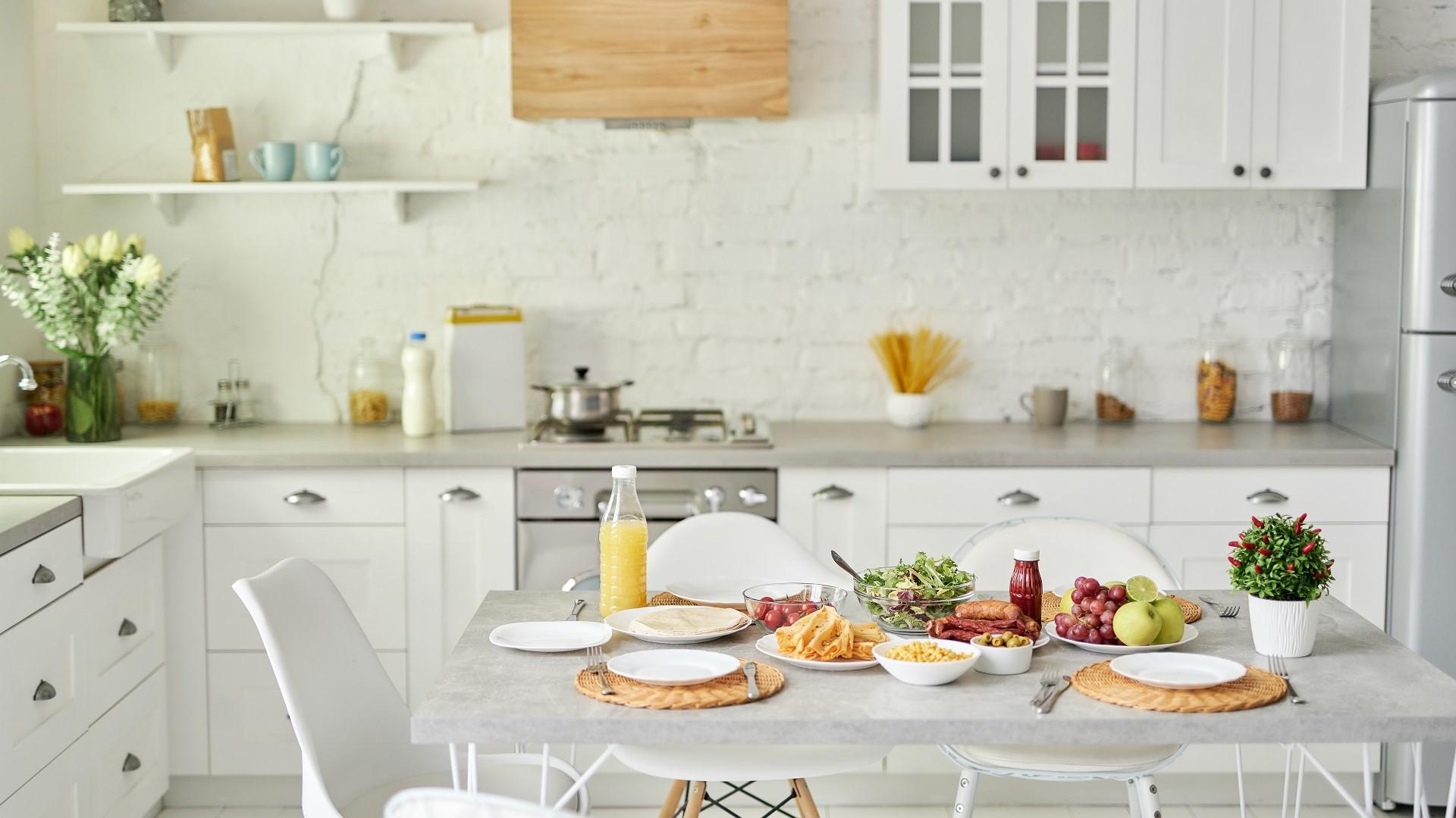 duza kuchnia z biala cegla